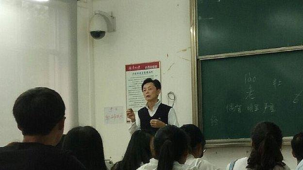 Profesor Hu Ming saat mengajar di kelas. (Foto: Weibo)