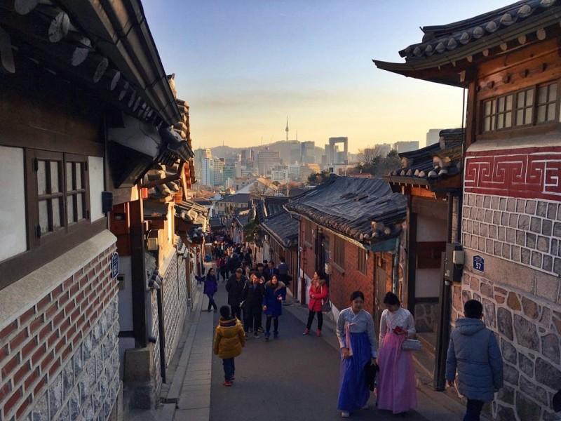 https: img.okezone.com content 2017 09 26 406 1783283 backpacker-diary-bukchon-hanok-village-serunya-selfie-di-desa-tradisional-korea-B5ecBLCAIr.jpg
