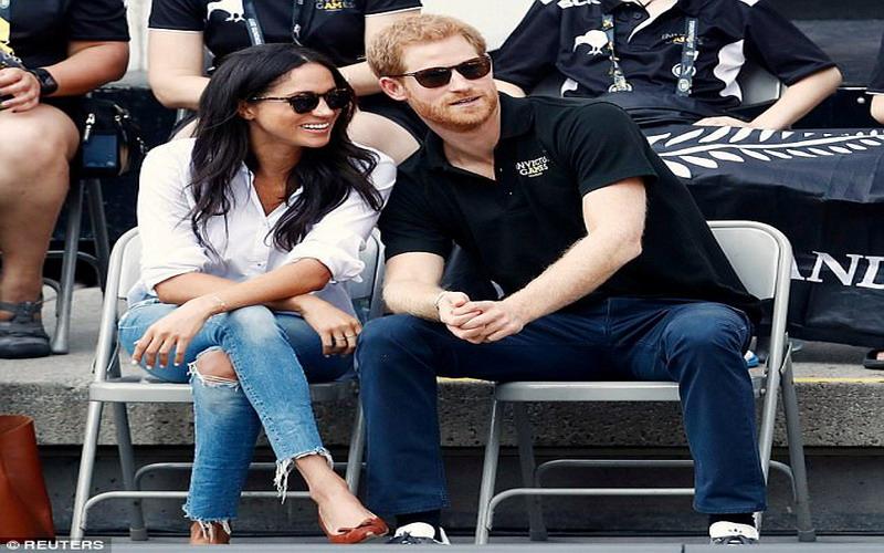 https: img.okezone.com content 2017 09 27 194 1784117 tampil-casual-meghan-markle-pilih-kemeja-putih-celana-jins-robek-saat-tampil-dengan-sang-kekasih-pangeran-harry-f6i65yLigQ.jpg