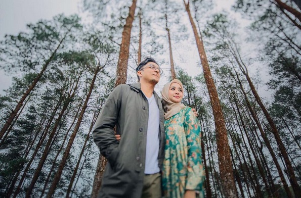 https: img.okezone.com content 2017 09 30 33 1786208 foto-laudya-cynthia-bella-dan-suami-tiba-di-jakarta-netizen-langsung-heboh-1v6Hw2hnyb.jpg
