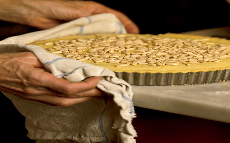 https: img.okezone.com content 2017 10 02 298 1787219 5-dessert-khas-italia-ini-punya-cara-pengolahan-yang-unik-ada-kue-nenek-dengan-topping-kacang-ZOE49PeZF7.jpg