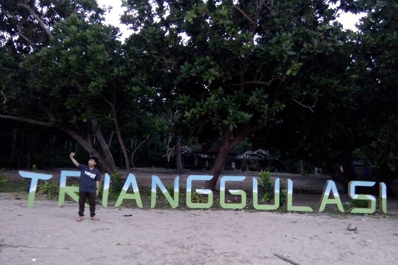 https: img.okezone.com content 2017 10 02 406 1787329 uncover-indonesia-di-pantai-trianggulasi-banyuwangi-pengunjung-bisa-bertemu-monyet-dan-penyu-bpLw2MRAZ5.jpg