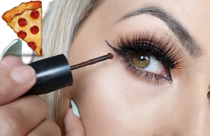 https: img.okezone.com content 2017 10 03 194 1787918 gemas-eyeliner-ini-hadir-bak-alat-pemotong-pizza-LvjHAhzPv3.jpg