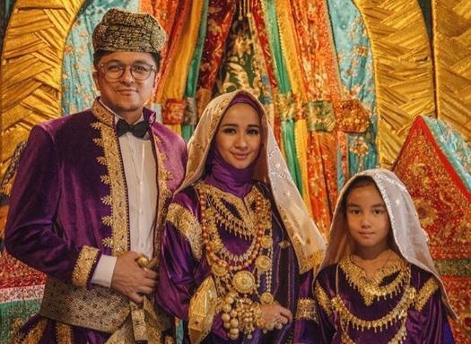 https: img.okezone.com content 2017 10 03 33 1787777 siap-gelar-resepsi-pernikahan-di-indonesia-laudya-cynthia-bella-selektif-pilih-riasan-zRfdL3FAgP.jpg