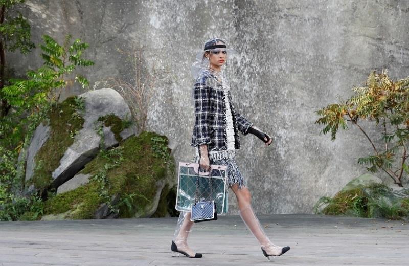 https: img.okezone.com content 2017 10 05 194 1789342 desain-unik-topi-sarung-tangan-hingga-jas-hujan-berbahan-plastik-dari-chanel-di-paris-fashion-week-Szqy8h9k9n.jpg