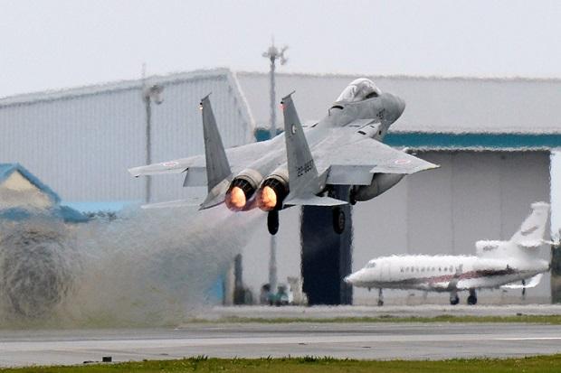 https: img.okezone.com content 2017 10 06 18 1789994 duh-rudal-jet-f-15-jepang-terjatuh-saat-coba-cegat-pesawat-tak-dikenal-Wow4IK5jsM.jpg