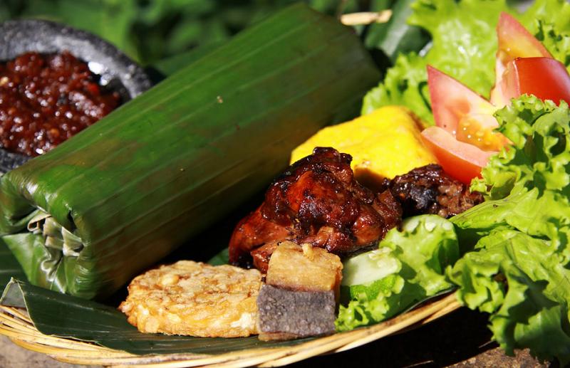 Aroma Daun Pisang, Kunci Kelezatan Nasi Timbel Khas Sunda : Okezone  Lifestyle