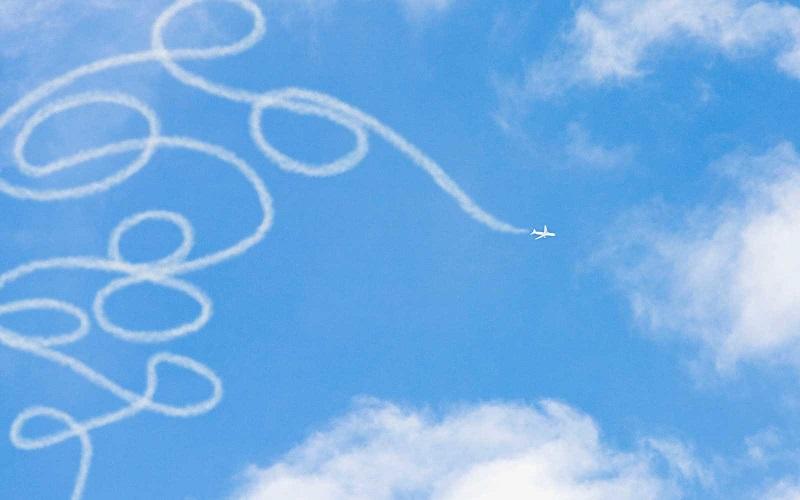 https: img.okezone.com content 2017 10 06 406 1790549 uji-keterampilan-menerbangkan-pesawat-perlombaan-ini-tantang-pilot-buat-lukisan-di-langit-8xHPlYE5xJ.jpg