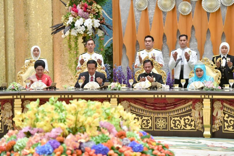 https: img.okezone.com content 2017 10 07 18 1790606 ketika-alunan-keroncong-diputar-pada-perayaan-50-tahun-sultan-brunei-bertahta-X0h6JuuRK6.jpeg