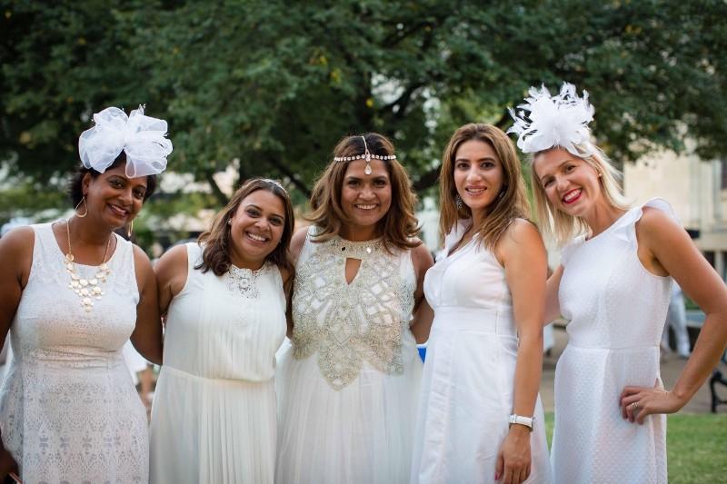 https: img.okezone.com content 2017 10 07 194 1790876 diundang-pernikahan-bella-emran-besok-7-busana-bernuansa-white-attire-ini-bisa-jadi-inspirasi-biar-tidak-saltum-sMah8sm8zf.jpg
