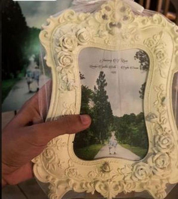 https: img.okezone.com content 2017 10 08 194 1791324 bingkai-foto-klasik-berwarna-putih-jadi-souvenir-lucu-pernikahan-bella-emran-JPOzChQAu8.jpg