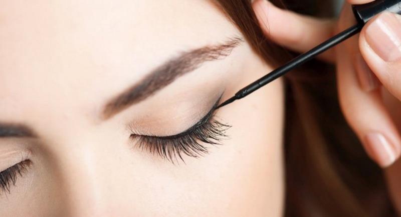 https: img.okezone.com content 2017 10 10 194 1792383 trik-buat-mata-terlihat-lebih-besar-dengan-teknik-pemakaian-eyeliner-0g5a73QOJG.jpg