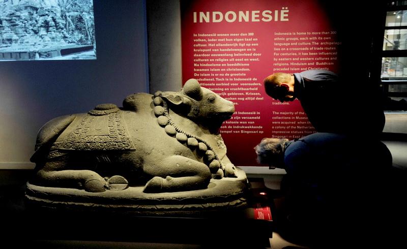 https: img.okezone.com content 2017 10 11 406 1793171 mantap-raja-dan-ratu-belgia-kagumi-artefak-kuno-indonesia-eLtcaWnvQi.jpg