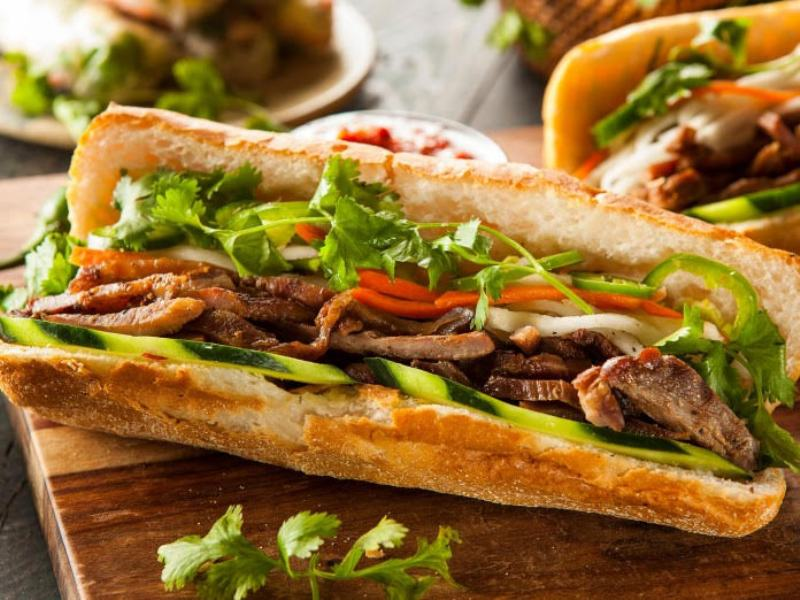 https: img.okezone.com content 2017 10 12 298 1794352 walk-wok-banh-mi-sandwich-panjang-nan-lezat-ala-vietnam-dengan-citarasa-perancis-c5EL8mkZ8H.jpg