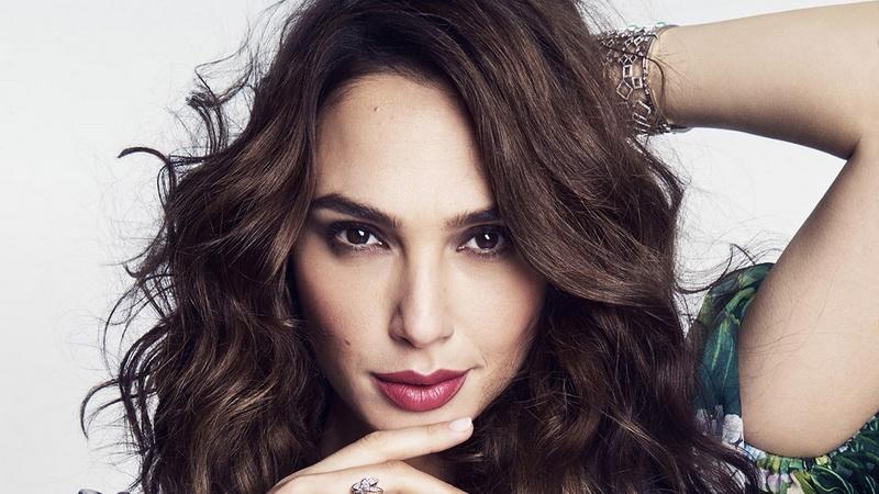 Nama kontestan Miss Universe 2004 ini melejit, setelah menjadi pemeran utama di film Wonder Woman.
