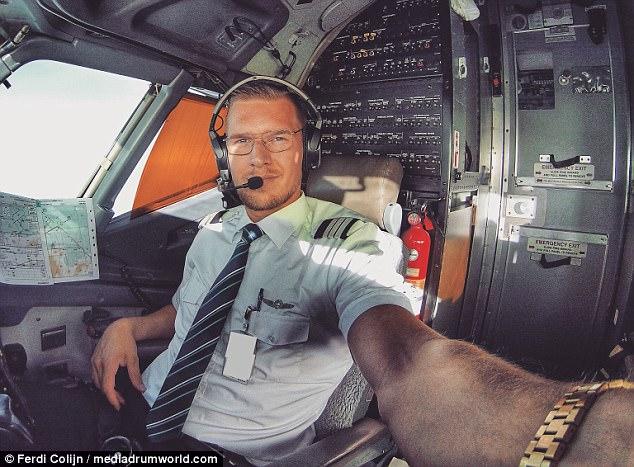 https: img.okezone.com content 2017 10 12 406 1793793 tak-hanya-ganteng-pilot-ini-punya-badan-kekar-yang-bikin-penumpang-kepincut-D72dDo5bsE.jpg