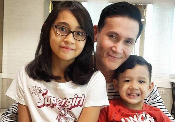 https: img.okezone.com content 2017 10 13 33 1794434 berkat-anak-hubungan-marcellino-lefrand-dan-dewi-rezer-masih-harmonis-1NWfB0EfpD.JPG