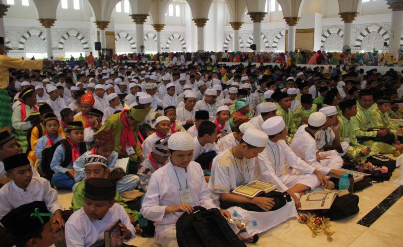 Subhanallah, 27.649 Pelajar Pecahkan Rekor MURI Khataman Alquran Massal