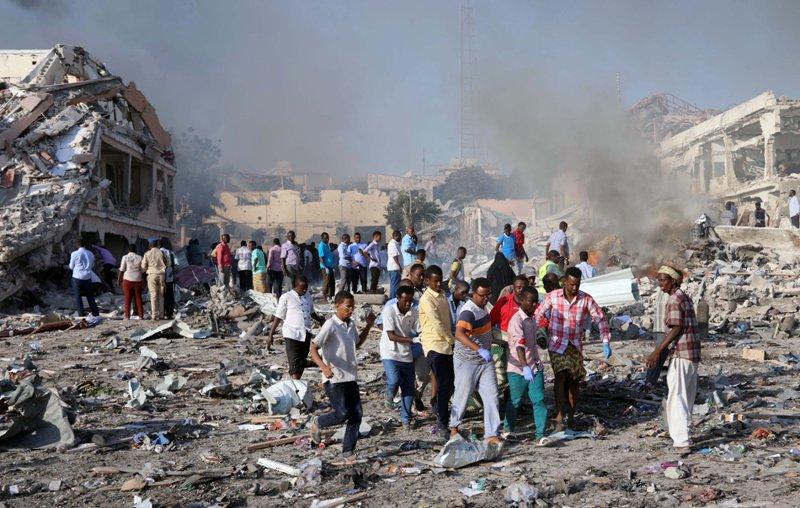 https: img.okezone.com content 2017 10 16 18 1796387 astaga-korban-tewas-bom-truk-somalia-naik-drastis-jadi-300-orang-O2M1krlbu9.JPG