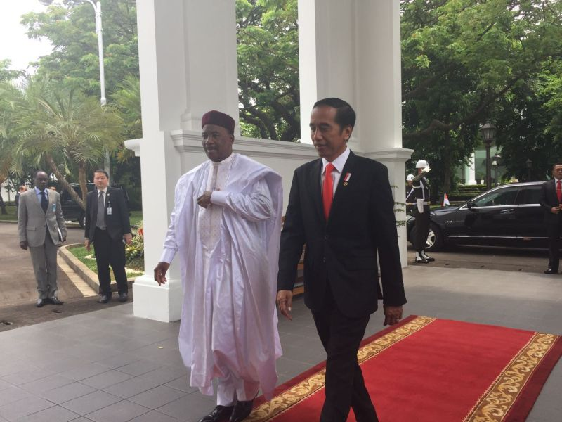 https: img.okezone.com content 2017 10 16 470 1796300 bertemu-presiden-issoufou-mahamadou-jokowi-bumn-bakal-bangun-rumah-di-niger-DBJ9VkqXlZ.jpg