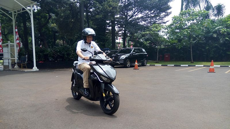 https: img.okezone.com content 2017 10 19 15 1798635 ramah-lingkungan-presiden-jokowi-dukung-kendaraan-listrik-garapan-anak-bangsa-A7wqh01HJO.jpg