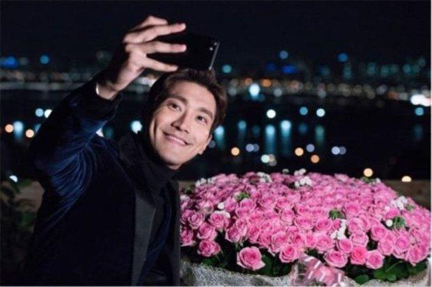 https: img.okezone.com content 2017 10 21 598 1800002 cie-choi-siwon-super-junior-peragakan-adegan-romantis-di-revolutionary-love-rKyKFgMdyz.jpg