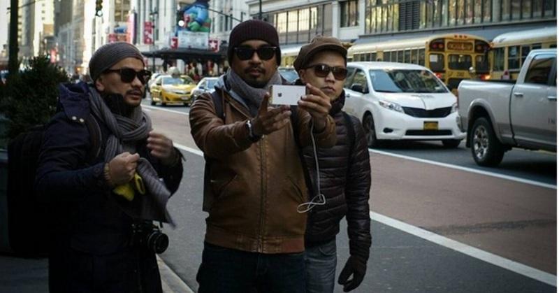 https: img.okezone.com content 2017 10 22 205 1800251 lagu-indonesia-raya-3-stanza-akan-rilis-trio-lestari-angkat-suara-sm6gnOKlb5.jpg