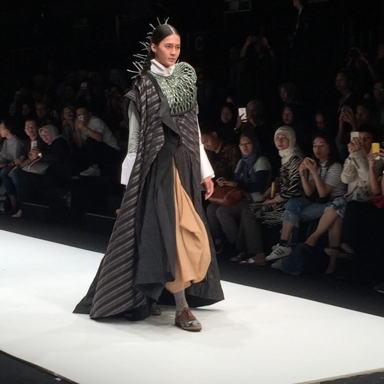 https: img.okezone.com content 2017 10 23 194 1800994 deden-siswanto-usung-inspirasi-unik-pakaian-tradisional-berkonsep-urban-di-jfw-2018-lqXEGJrx8o.jpg