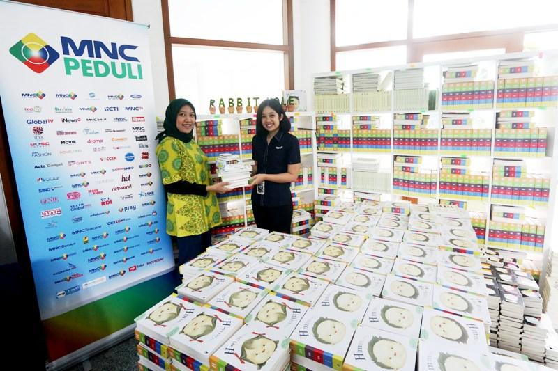 https: img.okezone.com content 2017 10 24 406 1801656 jelang-hut-ke-28-mnc-group-bagikan-1000-buku-dongeng-di-sejumlah-taman-baca-di-indonesia-lUiodSK6cj.jpg