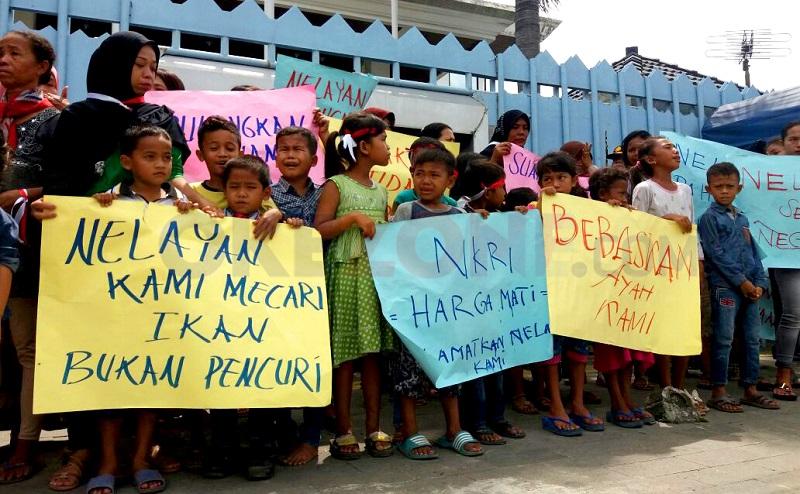 https: img.okezone.com content 2017 10 26 340 1802953 12-nelayan-indonesia-ditangkap-jalan-masuk-kantor-konjen-malaysia-diblokade-KcHVJLWT4F.jpg