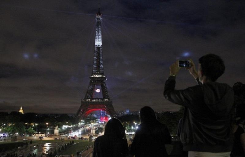 https: img.okezone.com content 2017 10 26 406 1803067 wisatawan-dilarang-ambil-foto-di-menara-eiffel-saat-malam-hari-ini-alasannya-DeSL5sqmEZ.jpg