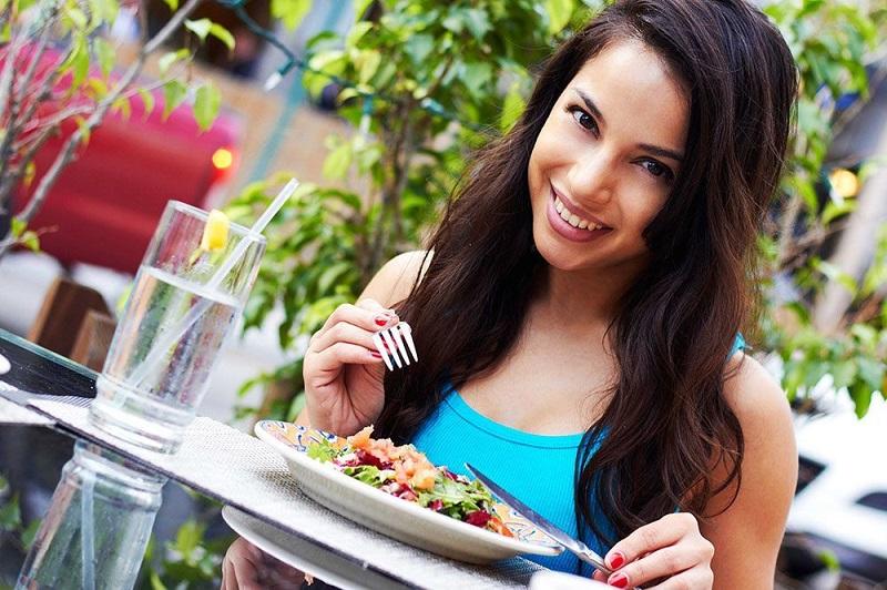 https: img.okezone.com content 2017 10 26 481 1802838 ingin-hidup-sehat-mulailah-dengan-ketahui-kandungan-gizi-makanan-yang-dikonsumsi-OHyMUwK4qQ.jpg