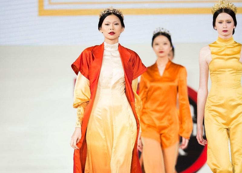 https: img.okezone.com content 2017 10 27 194 1803842 ramaikan-jfw-2018-2-desainer-asal-brunei-darussalam-tampilkan-busana-warna-cerah-dan-terinspirasi-dari-rempah-saffron-sGp3TfUeZX.jpeg