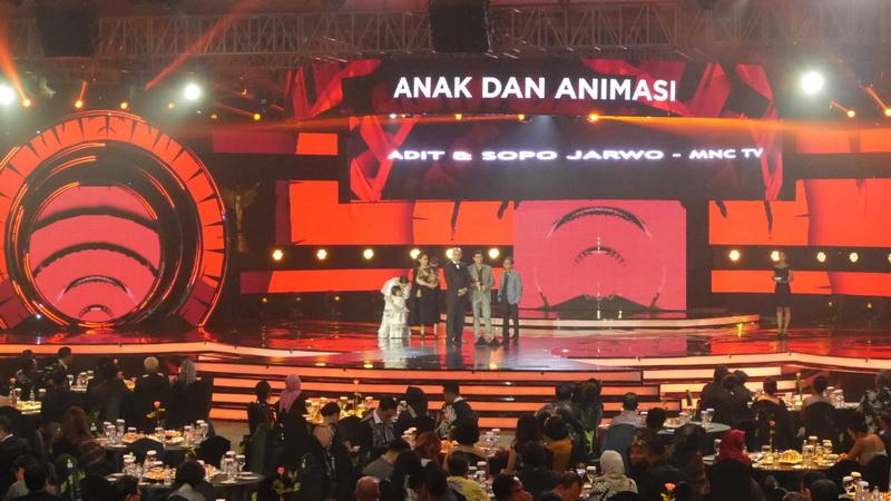 https: img.okezone.com content 2017 10 27 598 1803899 pga-2017-tim-adit-sopo-jarwo-persembahkan-penghargaan-untuk-anak-indonesia-JRd5jfScHk.jpg