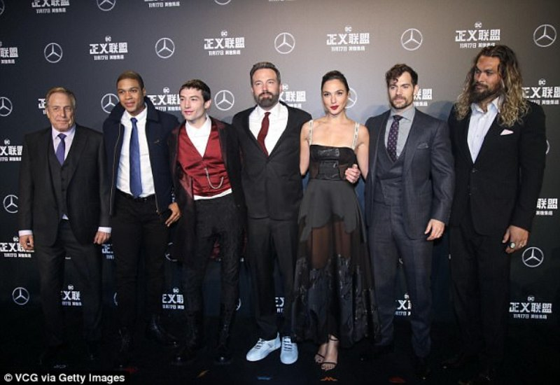 https: img.okezone.com content 2017 10 30 194 1804944 wuih-seksinya-gal-gadot-pakai-gaun-hitam-menerawang-di-premiere-film-justice-league-pf2MUQOhB7.jpg