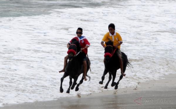 https: img.okezone.com content 2017 10 30 406 1805182 asyik-peserta-tour-de-central-celebes-bisa-nikmati-keindahan-teluk-palu-dengan-kuda-3I7rc85e8W.jpg