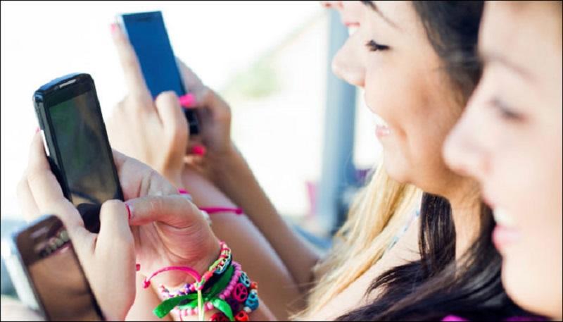 https: img.okezone.com content 2017 10 30 481 1804911 studi-batasi-penggunaan-smartphone-2-jam-sehari-pada-remaja-tidur-jadi-lebih-nyenyak-8j2v8FGDtI.jpg