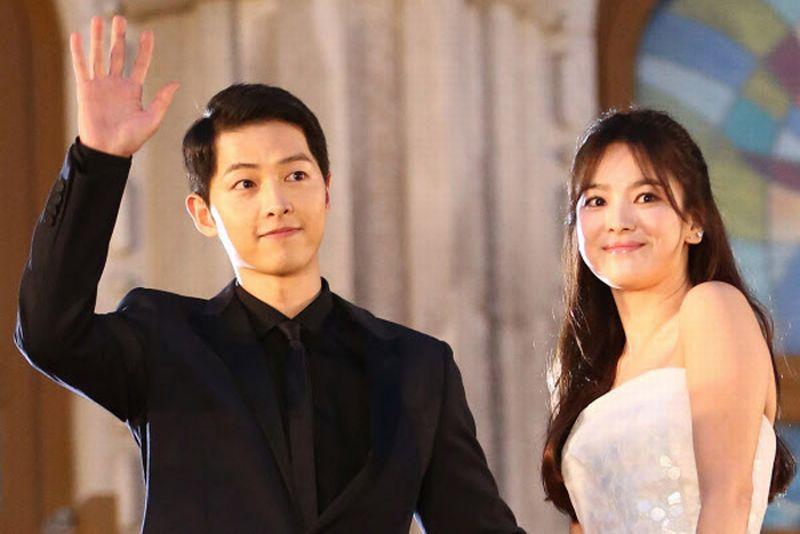 https: img.okezone.com content 2017 10 31 33 1805802 so-sweet-ciuman-romantis-song-joong-ki-hye-kyo-usai-jadi-suami-istri-7Uxq8B0wbD.jpg