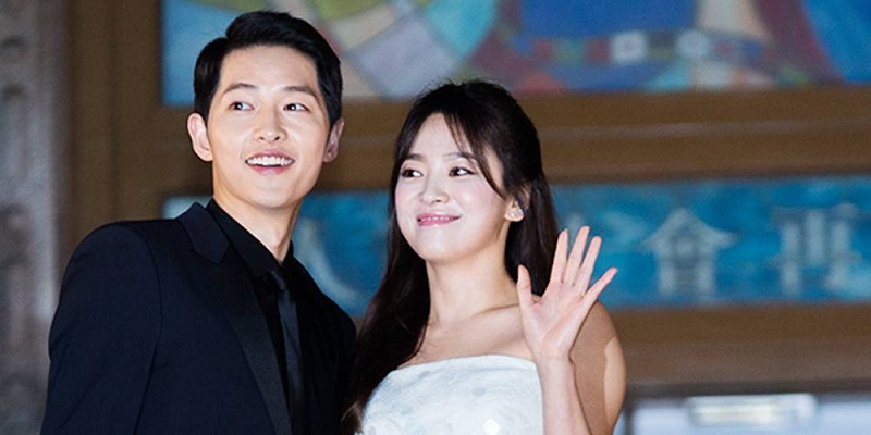 https: img.okezone.com content 2017 10 31 33 1806099 saling-berciuman-song-joong-ki-song-hye-kyo-resmi-menjadi-suami-istri-4aNJwvhokJ.jpg