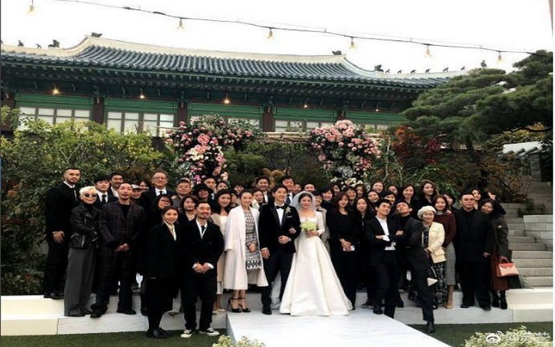 https: img.okezone.com content 2017 11 01 194 1806352 6-potret-romantis-pernikahan-song-joong-ki-song-hye-kyo-bikin-baper-tiada-berkesudahan-6s0DryxpJU.jpg