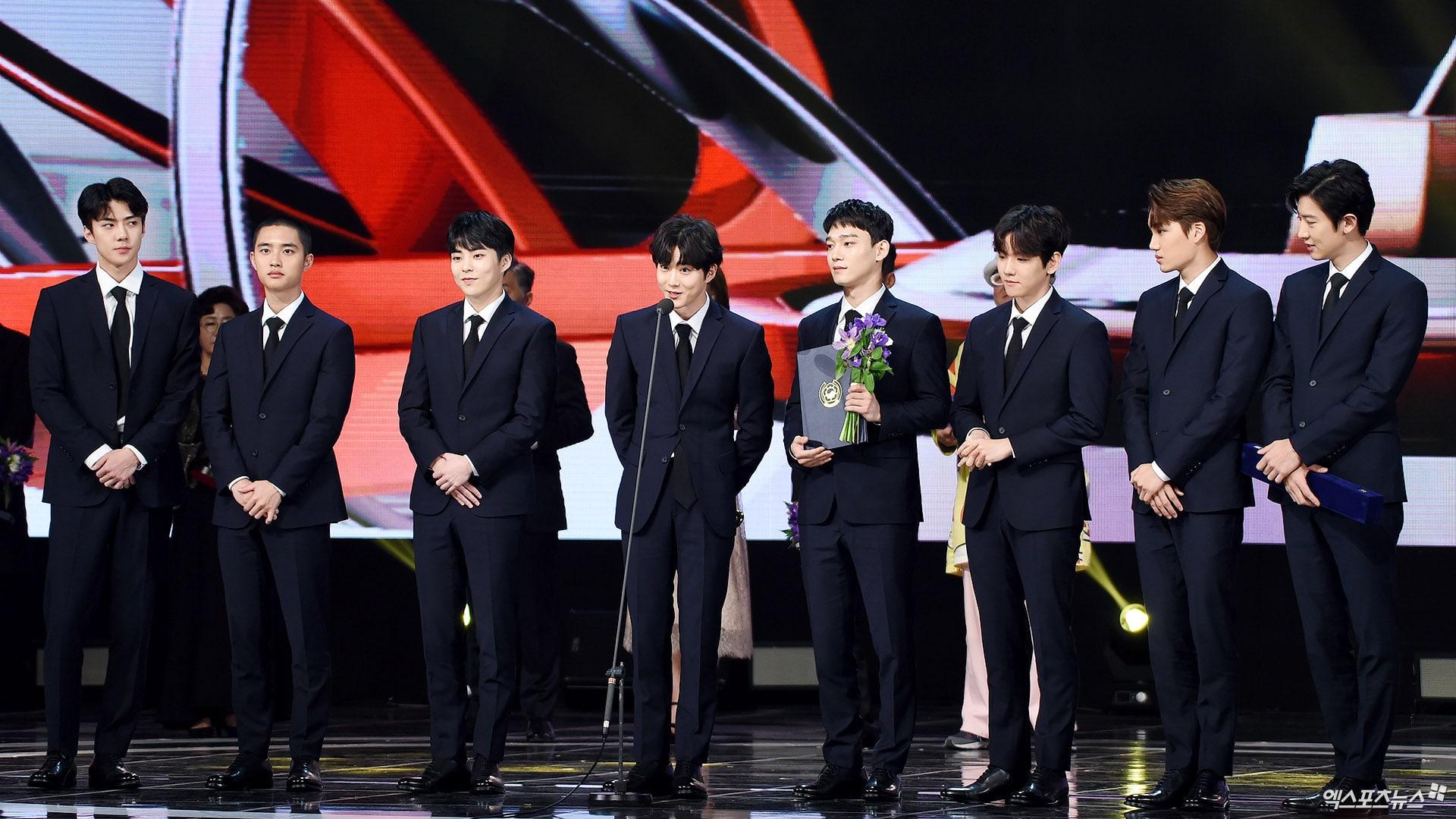 https: img.okezone.com content 2017 11 04 33 1808460 exo-park-bo-gum-park-bo-young-raih-penghargaan-di-korean-popular-culture-arts-awards-2017-zcKHMn7ug9.jpg