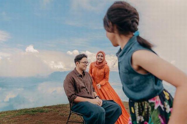 https: img.okezone.com content 2017 11 05 33 1808718 video-pulang-ke-malaysia-laudya-cynthia-bella-langsung-masak-untuk-suami-4GepyWwtIV.jpg