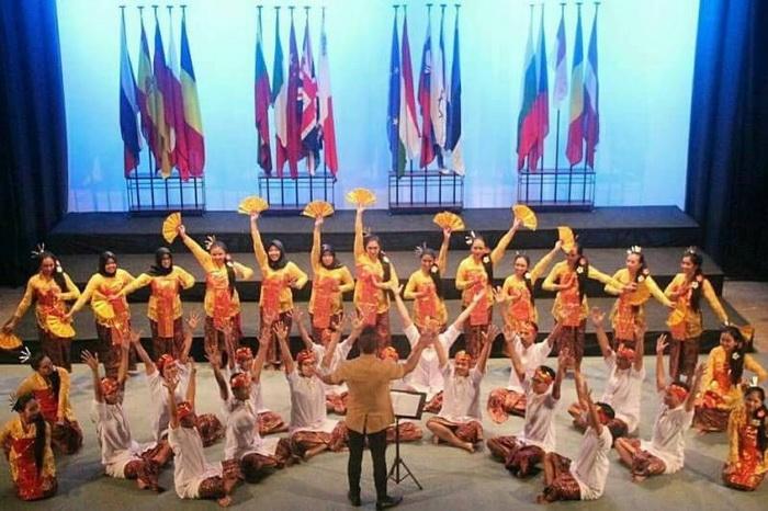 https: img.okezone.com content 2017 11 07 65 1810064 tepuk-tangan-paduan-suara-mahasiswa-ugm-borong-penghargaan-di-malta-YF4wvXYudC.jpg