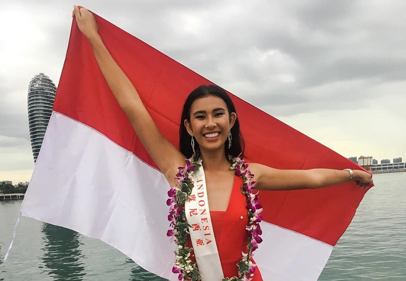 https: img.okezone.com content 2017 11 08 194 1810673 pose-achintya-nilsen-sambil-bentangkan-bendera-indonesia-di-kegiatan-karantina-miss-world-2017-sdC5NDV902.jpg