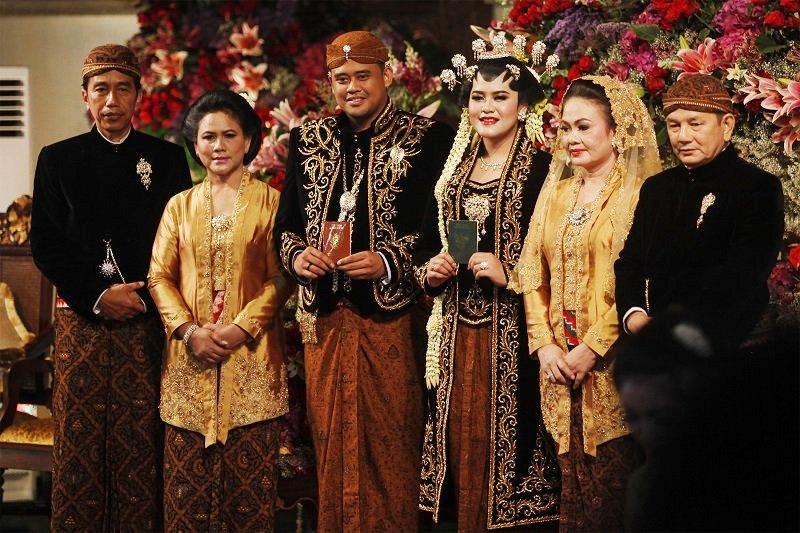 https: img.okezone.com content 2017 11 08 33 1810858 kahiyang-bobby-menikah-bunga-zainal-pernikahan-yang-simpel-sPH4jh9Zxc.jpg
