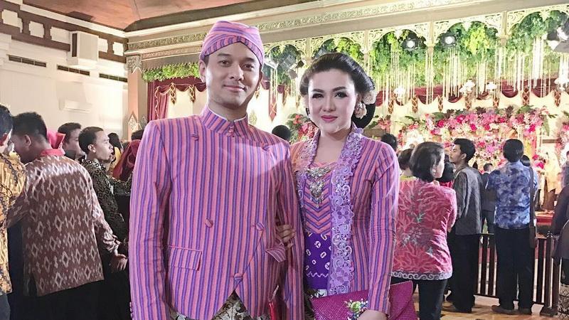 https: img.okezone.com content 2017 11 08 33 1810871 datang-ke-pernikahan-kahiyang-bobby-vicky-shu-semoga-cepat-diberi-momongan-dcx6hll1K7.jpg