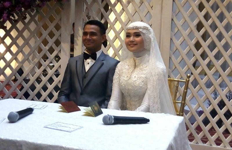 https: img.okezone.com content 2017 11 13 33 1812901 resmi-menikah-zaky-zimah-dan-lisa-langsung-terbang-bulan-madu-ke-singapura-rNwSnqzTHy.jpg