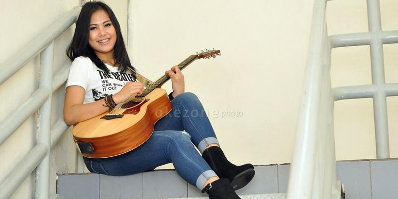 https: img.okezone.com content 2017 11 14 33 1813958 cerita-ghaitsa-kenang-punya-gitar-kesayangan-berkat-rising-star-indonesia-A4GYkhpywi.jpg