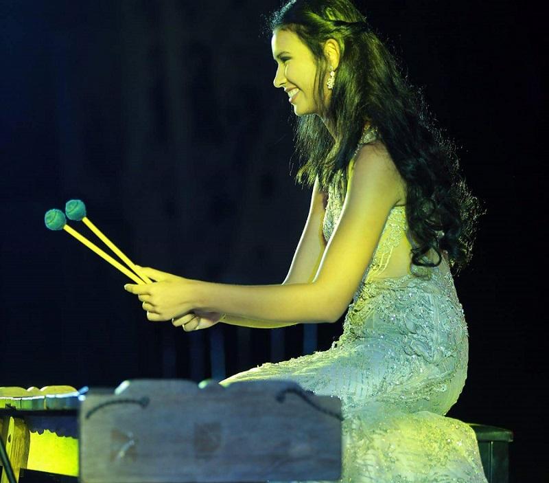 https: img.okezone.com content 2017 11 15 194 1814538 yuk-lihat-aksi-achintya-nilsen-bermain-marimba-di-panggung-talent-show-miss-world-2017-4klTmKr6ig.jpg