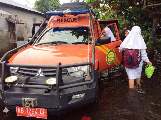 https: img.okezone.com content 2017 11 15 340 1814267 banjir-menerjang-sar-kerahkan-armada-evakuasi-ibu-ibu-dan-anak-sekolah-l0CV0a6LZD.jpg
